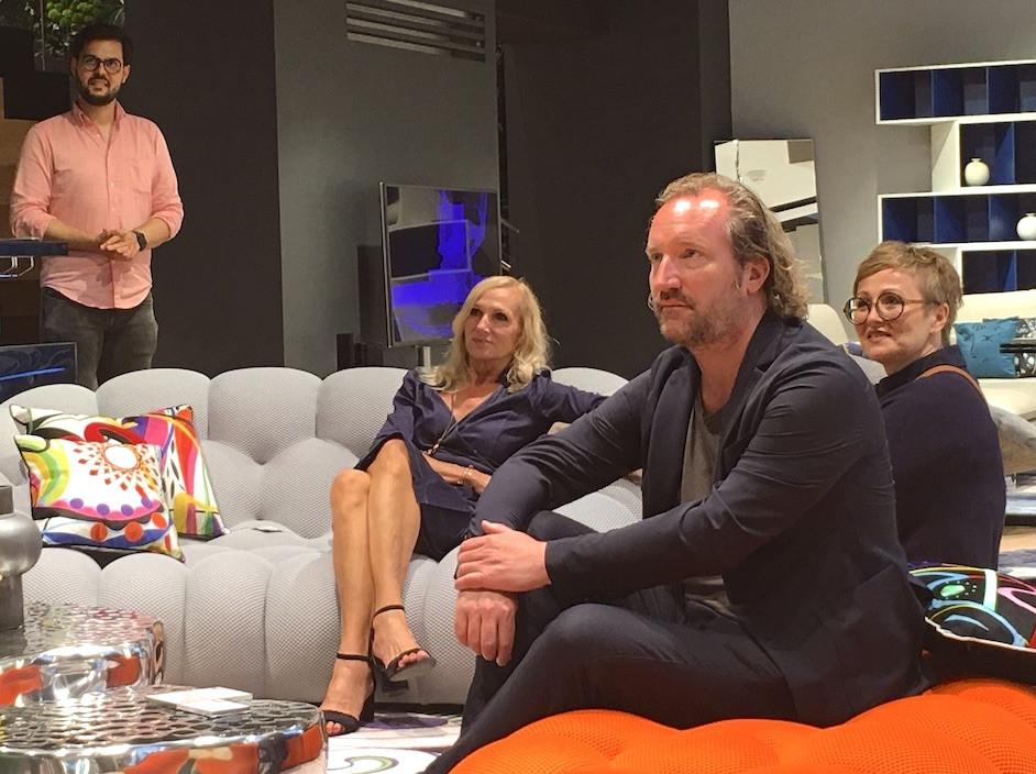 Links im Bild Daniel Ene, Roche Bobois - Silvia Decke, Florian Gandlgruber und Daniela Keller kombinieren Probesitzen mit Zuhören