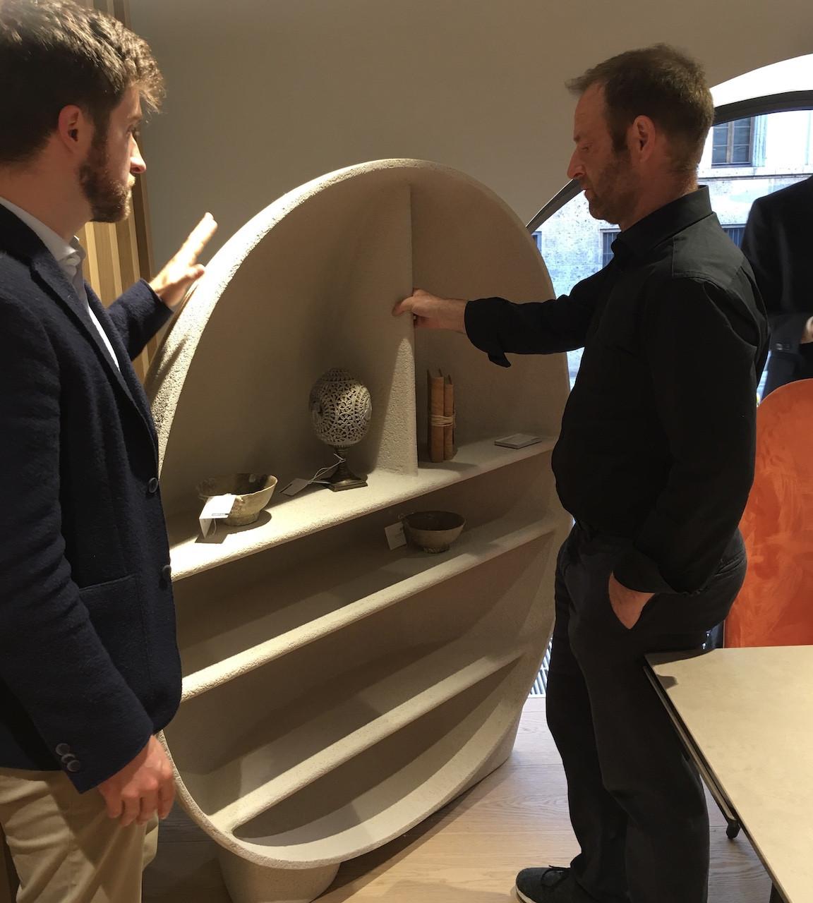 Florian Höfer untersucht das ungewöhnliche Material aus dem das runde Regal Primordial gefertigt ist