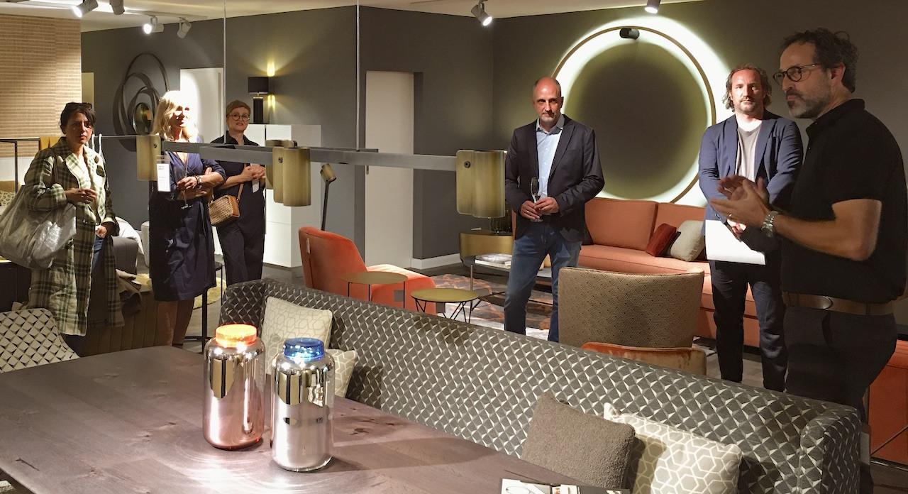 Unsere zweite Station ist CHRISTINE KRÖNCKE INTERIOR DESIGN. Jörg von Sichart (ganz rechts) redet über die Bedeutung der individualisierbaren Herstellung durch Manufakturen