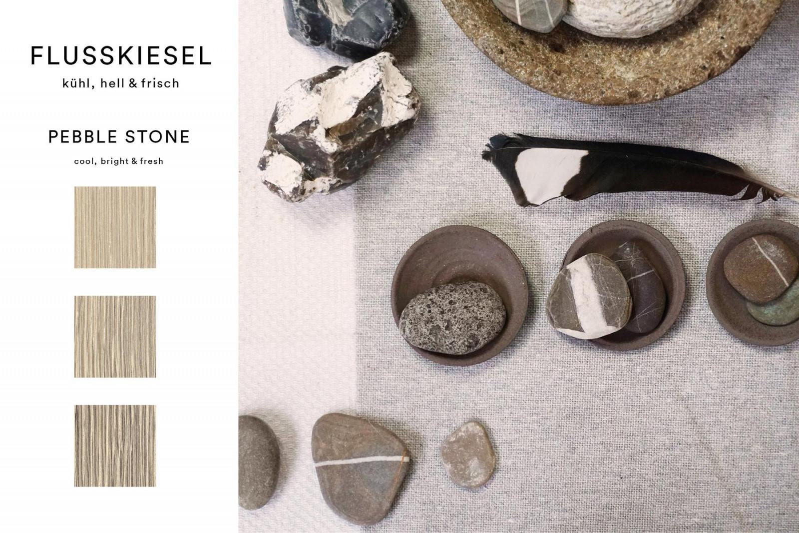 Das natürliche Farbspektrum im Flussbett liegender Steine umfasst zahlreiche Grautöne. Um die leichten Abstufungen im Eichenholz zu erreichen, wird die Maserung aufgehellt. Je nach Furnierbild tritt der Kontrast des Weißpigments zur Holzfarbe unterschiedlich intensiv hervor.