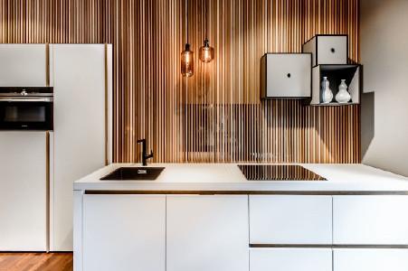 Die Kombination mit Holzlamellen wärmt die weißen Fronten. © Dross & Schaffer Ludwig 6