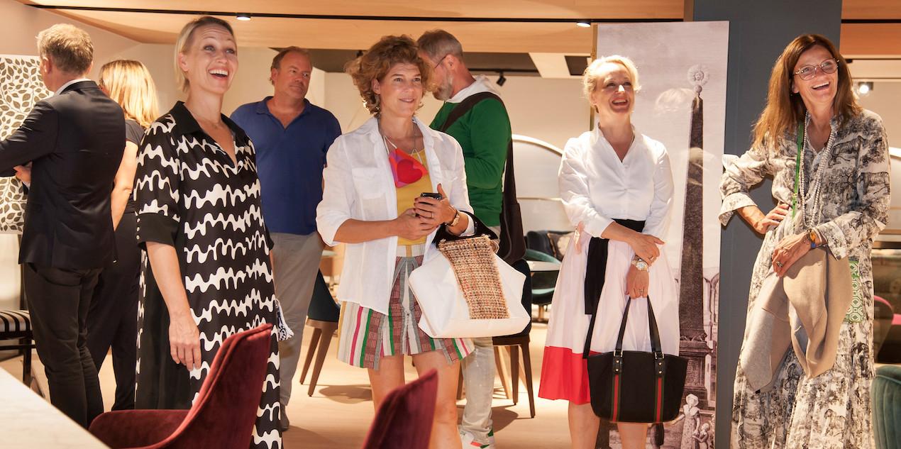Beim bekannten französischen Möbelhersteller Roche Bobois, der gleich nebenan seinen großen Showroom über zwei Etagen hat, ging es amüsant zu.