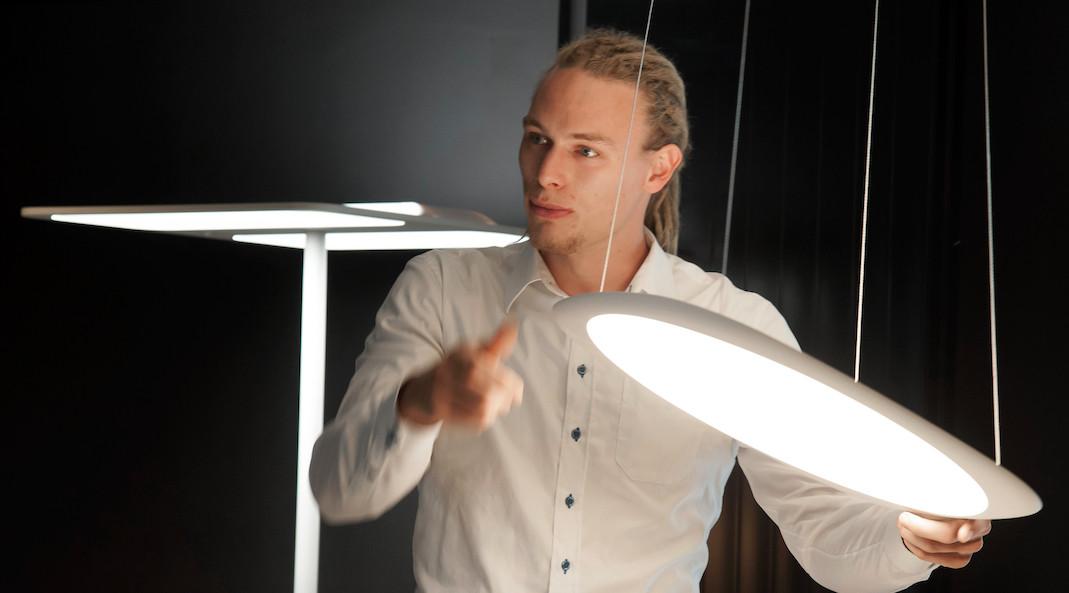 Nein, er hat die Deckenleuchte nicht kaputt gemacht - die ist so praktisch verstellbar ;-) Beim Traditionsunternehmen Tobias Grau verbinden sich Funktionalität mit gekonnt minimalistischem Design.