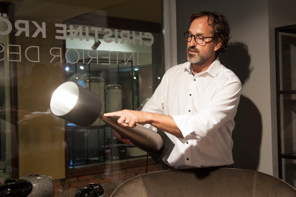 Jörg von Sichart, Geschäftsführer von Christine Kröncke Interior Design, zeigt uns, wie aufwändig dieser Leuchten-Fuß aus dem vollen Holz gearbeitet und anschließend lackiert wird. Individuelle Varianten sind für Christine Kröncke eine Leichtigkeit…