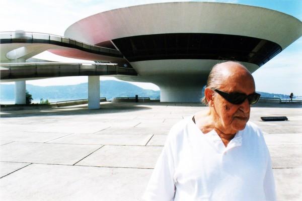 Oscar Niemeyer am Museu de Arte Contemporânea in Niteró