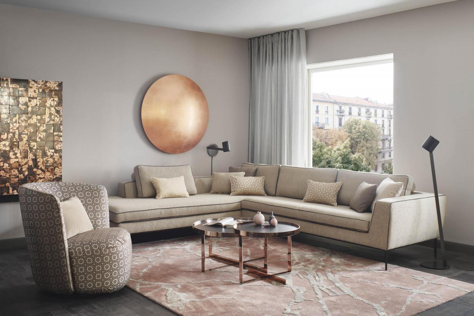 Sessel OHELIA, Sofa LORD mit Eckanbauelement, Leuchte DISKUS in Kupfer und Teppich ANDORIA