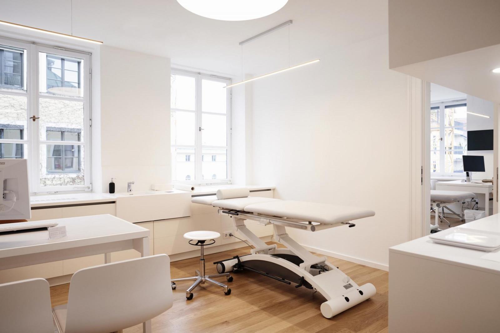 Das Einrichtungskonzept ganz in Weiß macht die Behandlungszimmer hell und freundlich.